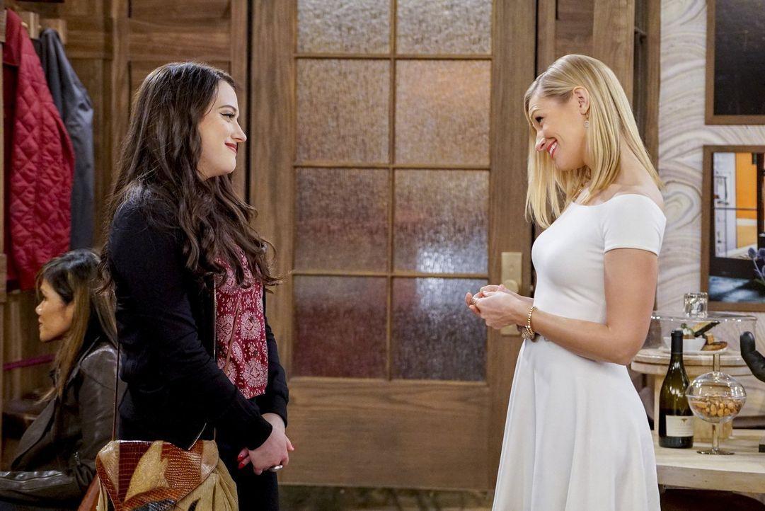 Wie weit würde Max (Kat Dennings, l.) gehen, um ihre beste Freundin Caroline (Beth Behrs, r.) zu helfen? - Bildquelle: Warner Bros. Television