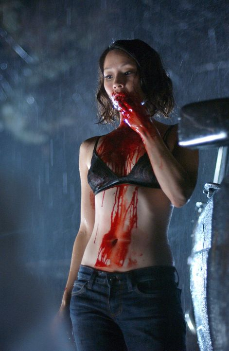 Wenige Tage nachdem die Reporterin Sadie Blake (Lucy Liu) den Chef einer hedonistischen Sekte aufgesucht hat, wacht sie in einem Leichenschauhaus wi...