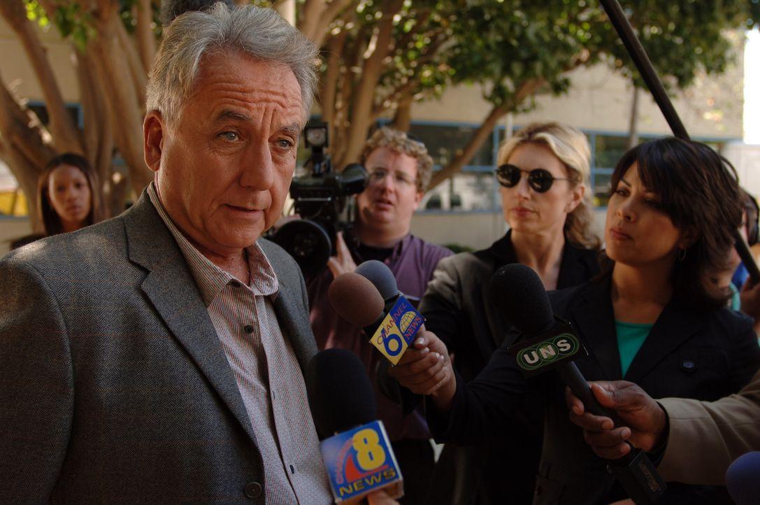 Als Dr. Sokorsky (Bob Gunton, l.), der Leiter der Bundesseuchenkontrolle in L.A. eintrifft, lässt er sich vor laufenden Kameras zu unüberlegten Ä... - Bildquelle: 2006 RHI Entertainment Distribution, LLC