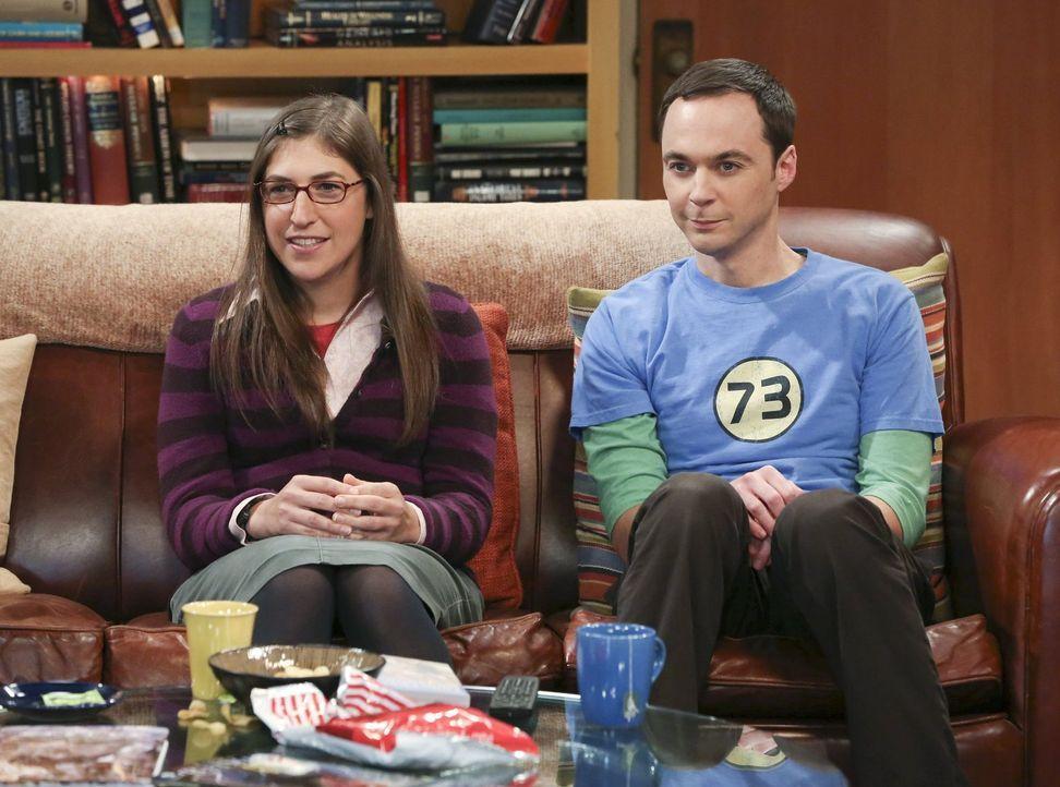 Sheldon (Jim Parsons, r.) sinnt auf Rache, als Amy (Mayim Bialik, l.) einen seiner Lieblingsfilme für ihn ruiniert, während Raj und Stuart eine ganz... - Bildquelle: Warner Bros. Television