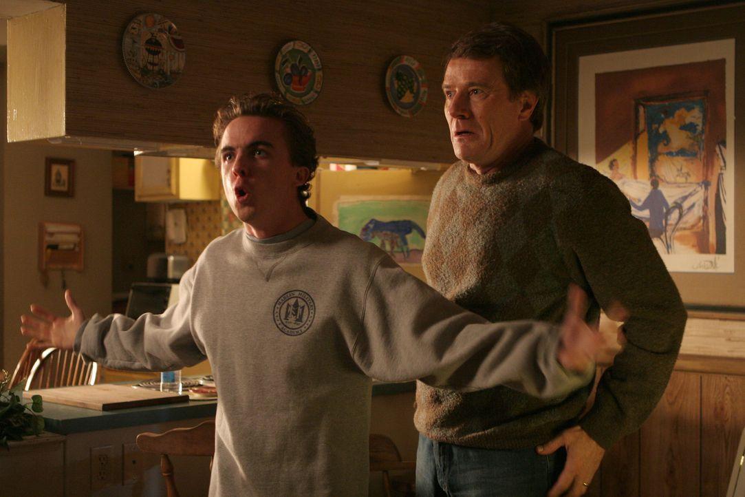 Nachdem Hal (Bryan Cranston, r.) und Malcolm (Frankie Muniz, l.) erfahren haben, dass in ihrem Haus vor Jahren ein Massenmörder gelebt und seine gan... - Bildquelle: TM +   2000 Twentieth Century Fox Film Corporation. All Rights Reserved.