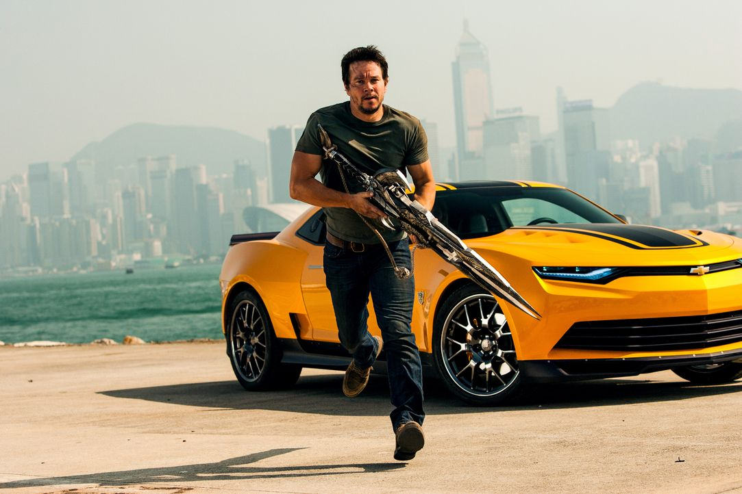 Fünf Jahre nach dem Krieg zwischen Autobots und Decepticons macht die CIA Jagd auf beide Alien-Gruppen. Als der Tüftler Cade Yaeger (Mark Wahlberg)... - Bildquelle: (2016) Paramount Pictures. All Rights Reserved. TRANSFORMERS, its logo and all related characters are trademarks of Hasbro and are used with permiss