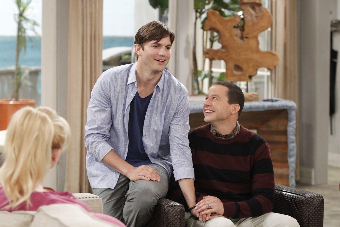 Walden (Ashton Kutcher, M.) und Alan (Jon Cryer, r.) wollen Kathys (Alessandra Torresani, l.) Baby adoptieren und geben sich alle Mühe, dass sie wir... - Bildquelle: Warner Brothers Entertainment Inc.
