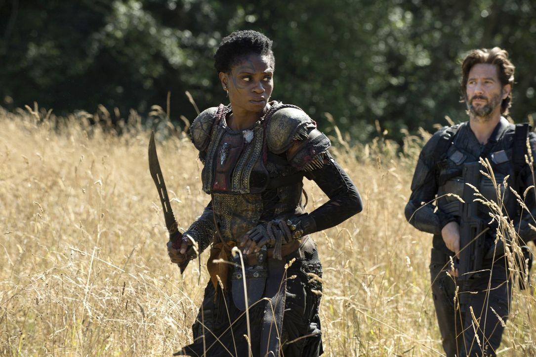 Auch wenn Indra (Adina Porter, l.) das Vertrauen von Kane (Henry Ian Cusick, r.) hat, gibt es andere ehemalige Ark-Bewohner, die den Groundern nicht... - Bildquelle: 2014 Warner Brothers