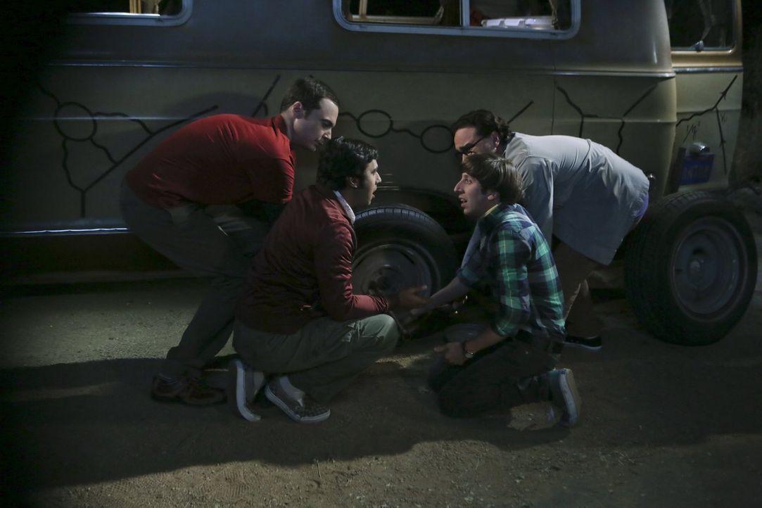 Eigentlich wollten sie Leonard (Johnny Galecki, l.) nach Mexiko entführen, doch ein geplatzter Reifen kommt Sheldon (Jim Parson, l.), Raj (Kunal Nay... - Bildquelle: 2015 Warner Brothers