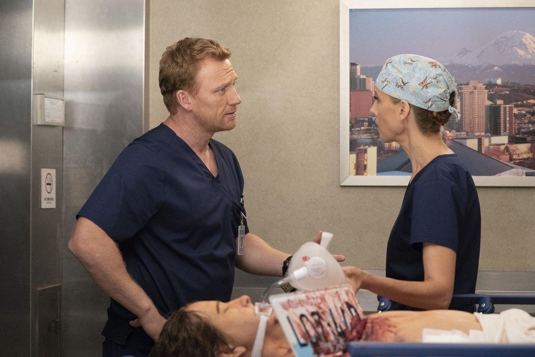Dr. Owen Hunt (Kevin McKidd, l.); Dr. Teddy Altman (Kim Raver, r.) - Bildquelle: Mitch Haaseth ABC Studios