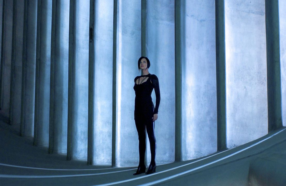 Als ihre Familie brutal ermordet wird, schwört Aeon Flux (Charlize Theron) Rache. Sie wird die Eliteagentin der Rebellion und die tödlichste Waffe d... - Bildquelle: 2004 by PARAMOUNT PICTURES. All Rights Reserved.