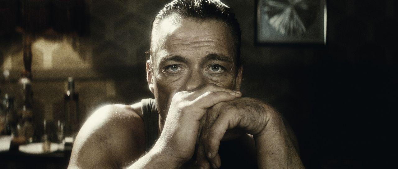 Der belgische Filmschauspieler J.C.V.D. (Jean-Claude Van Damme) steckt mitten in einer finanziellen und privaten Lebenskrise, als er in einen Bankü... - Bildquelle: 2008 Samsa Film & Gaumont. All Rights Reserved.