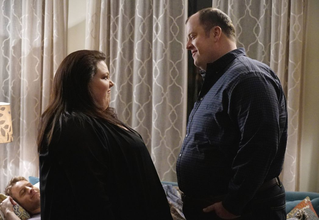 Lernen sich in einer Selbsthilfegruppe kennen und verlieben sich ineinander: Kate (Chrissy Metz, l.) und Toby (Chris Sullivan, r.) ... - Bildquelle: Paul Drinkwater 2016-2017 Twentieth Century Fox Film Corporation.  All rights reserved.   2017 NBCUniversal Media, LLC.  All rights reserved.