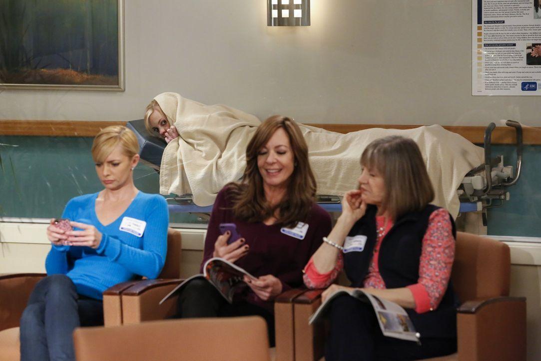 Weil Jill (Jaime Pressly, l.), Bonnie (Allison Janney, M.) und Marjorie (Mimi Kennedy, r.) der Meinung sind, dass Christy (Anna Faris, hinten) zu sc... - Bildquelle: 2015 Warner Bros. Entertainment, Inc.
