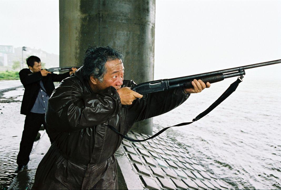 Kämpfen mit allen Mitteln, um ihre geliebte Hyun-seo wieder zurückzubekommen: Onkel Nam-il (Hae-il Park, l.) und Großvater Hie-bong (Hie-bong Byeon,... - Bildquelle: MFA