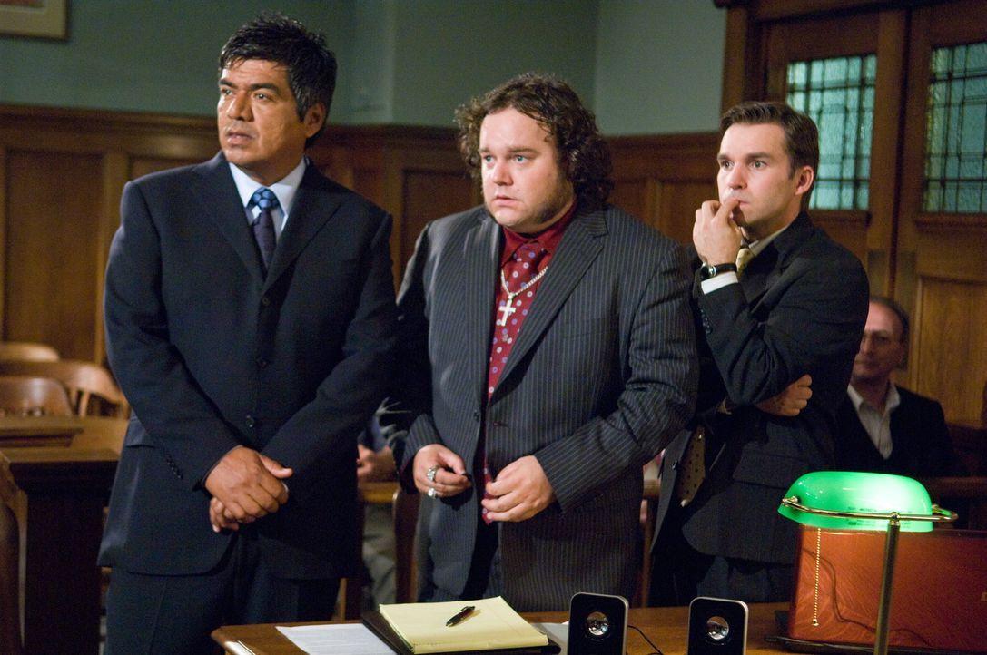 Dank Eddie Serrano (George Lopez, l.) und seines tollpatschigen und zaudernden Anwaltsaspiranten Harry (Geoff Gustafson, r.) geht der Prozess für R... - Bildquelle: 2010 Warner Brothers