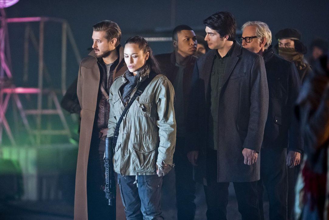 In London im Jahr 2166 treffen Rip (Arthur Darvill, l.), Jax (Franz Drameh, M.), Ray (Brandon Routh, 2.v.r.) und Dr. Stein (Victor Garber, r.) auf d... - Bildquelle: 2015 Warner Bros.