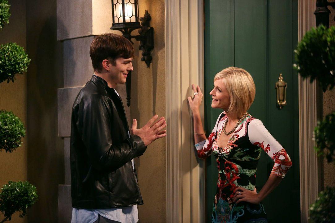 Walden (Ashton Kutcher, l.) lernt die attraktive Shari (Tricia O'Kelley, r.) kennen, ahnt aber noch nicht, dass er bald ihr  Toy Boy sein wird .... - Bildquelle: Warner Bros. Television
