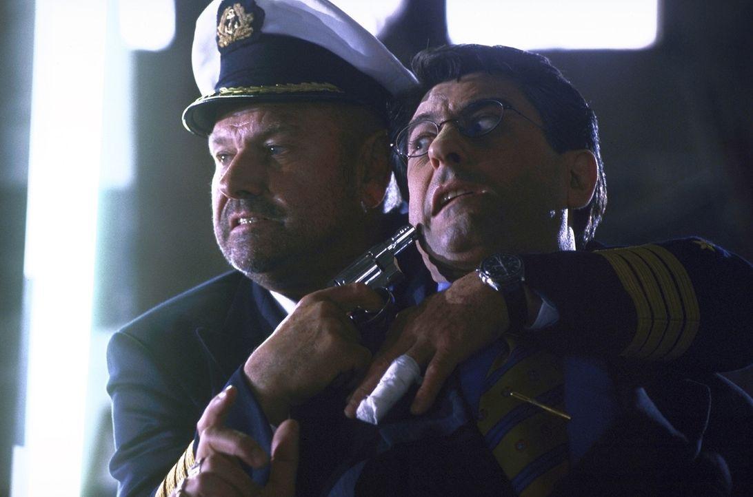 Lässt sich auch von der italienischen Mafia nicht einschüchtern: Jonathan Harris (Klaus Löwitsch, l.) ... - Bildquelle: ProSieben