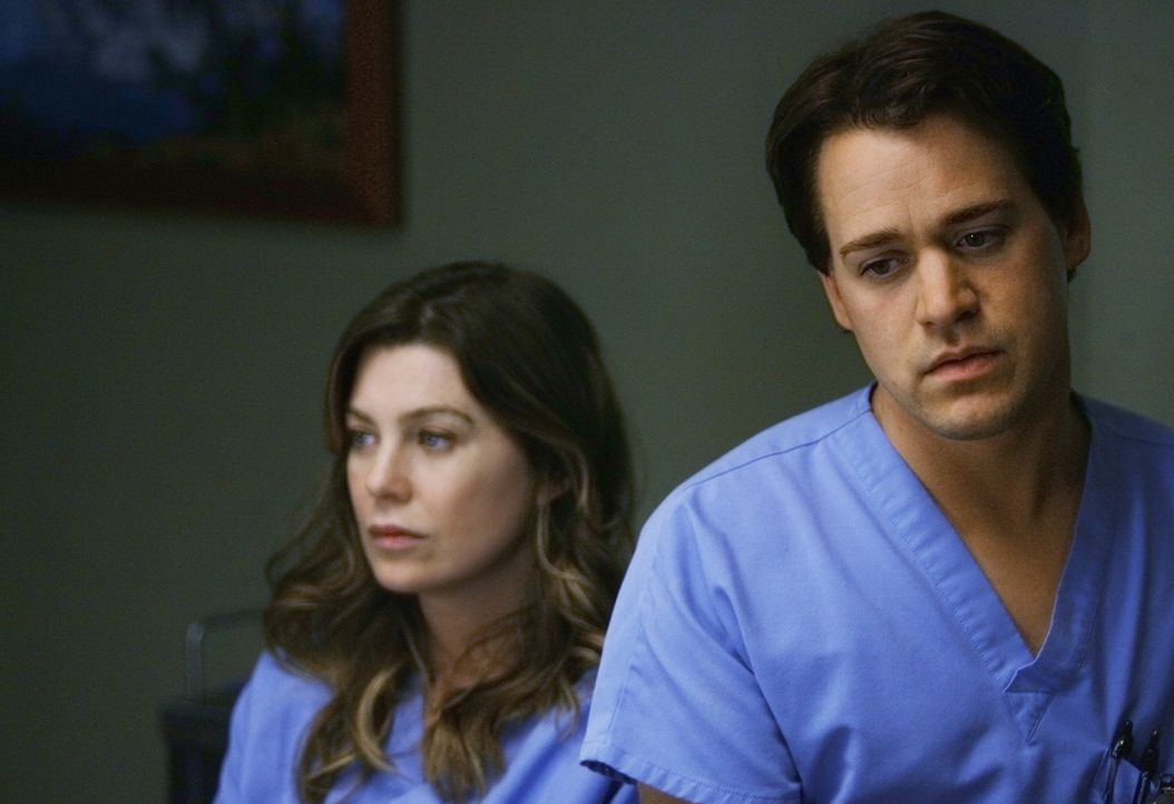 Während es zwischen Meredith (Ellen Pompeo, l.) und Derek noch etwas kriselt, ist George (T.R. Knight, r.) stinksauer, dass Izzie ihm nichts von ihr... - Bildquelle: Scott Garfield 2009 American Broadcasting Companies, Inc. All rights reserved. NO ARCHIVE. NO RESALE.