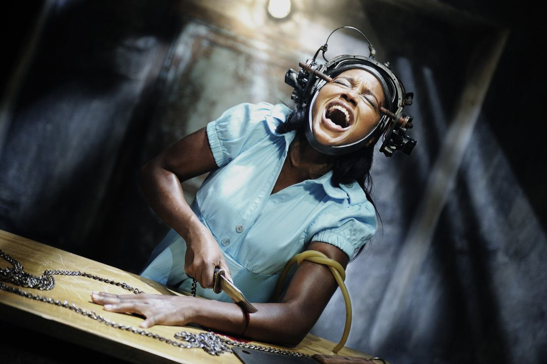 Lieber Arm ab, als arm dran: Um ihren Kollegen Eddie zu überleben, muss Kredithai Simone (Tanedra Howard) dringend an Gewicht verlieren ... - Bildquelle: Steve Wilkie Kinowelt GmbH