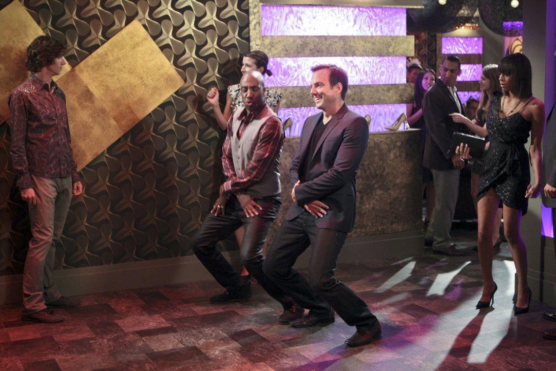 Wollen einen heißen Abend erleben: Nathan (Will Arnett, M.r.) und Ray (J.B. Smoove, M.l.). Doch der Abend endet ganz anders als erhofft ... - Bildquelle: 2013 CBS Broadcasting, Inc. All Rights Reserved.