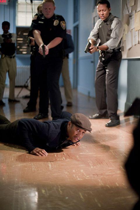 Als seine Ex-Freundin ermordet wird, gelangt Lewis Hicks (Cuba Gooding Jr., vorne) ins Visier von Detective Culley (James DuMont, l.) und Detective... - Bildquelle: 2011 Sony Pictures Worldwide Acquisitions Inc. All Rights Reserved.