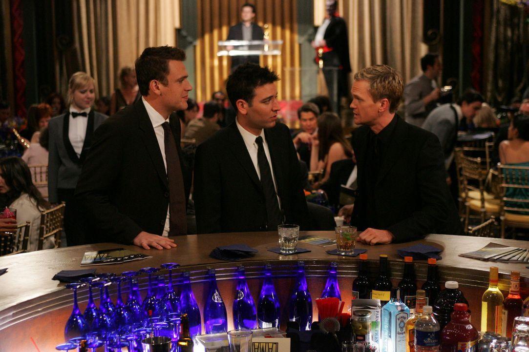 Frauenversteher Barney (Neil Patrick Harris, r.) hat wie immer einen Rat für seine Freunde Ted (Josh Radnor, M.) und Marshall (Jason Segel, r.) ber... - Bildquelle: 20th Century Fox International Television