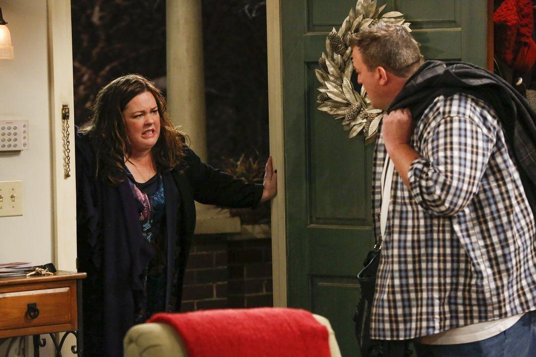 Molly (Melissa McCarthy, l.) besteht darauf, dass Mike (Billy Gardell, r.) endlich einmal aus seiner täglichen Routine ausbricht, und motiviert ihn... - Bildquelle: Warner Brothers
