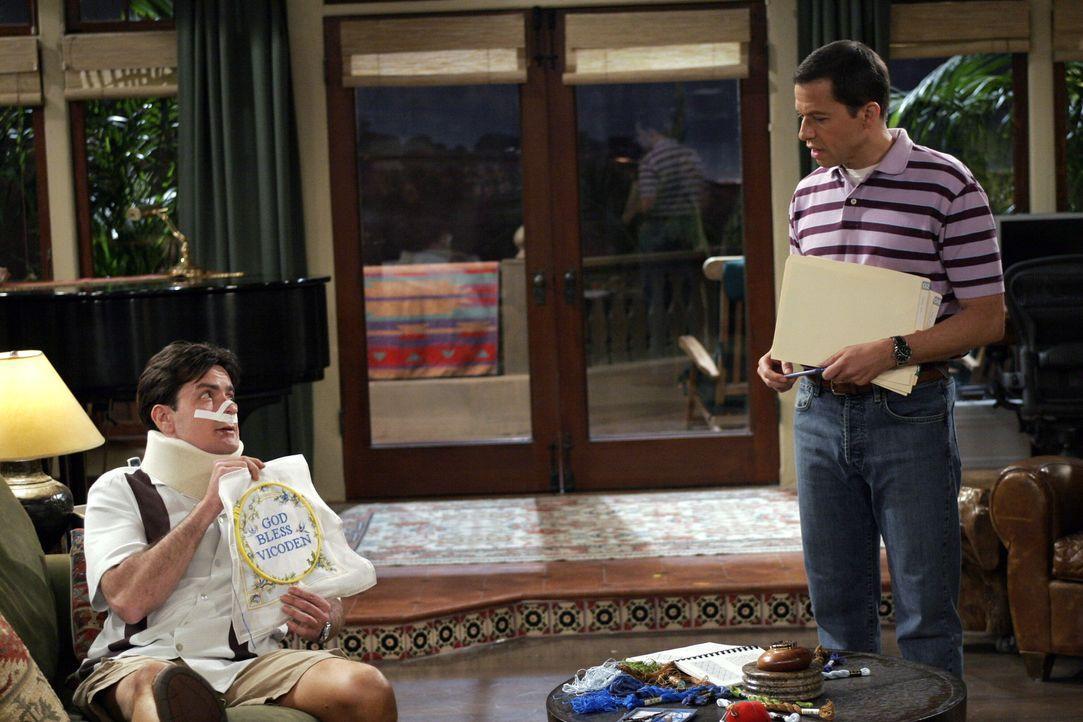 Nach alldem was passiert ist, hat Alan (Jon Cryer, r.) ein schlechtes Gewissen und versucht, sich bei Charlie (Charlie Sheen, l.) einzuschleimen ... - Bildquelle: Warner Brothers Entertainment Inc.