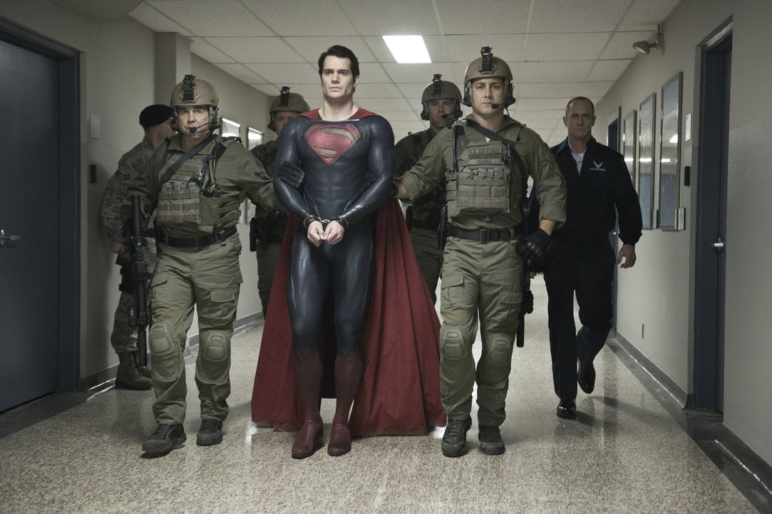 Schurke General Zod fordert die Auslieferung von Superman (Henry Cavill, M.). Gibt sich dieser einfach so geschlagen? - Bildquelle: 2013 Warner Brothers
