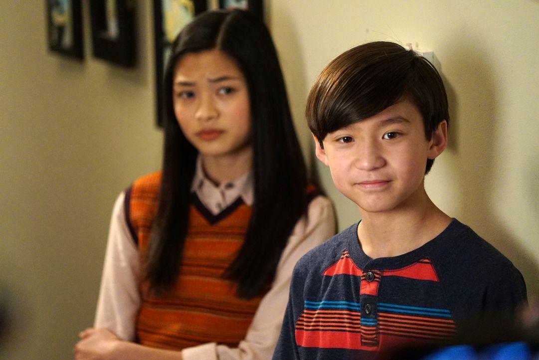 Emery (Forrest Wheeler, r.) soll eine Abschlussrede halten und bittet seinen Vater um Rat. Unterdessen tut Audrey (Ashley Liao, l.) Alison einen gef... - Bildquelle: 2015-2016 American Broadcasting Companies. All rights reserved.