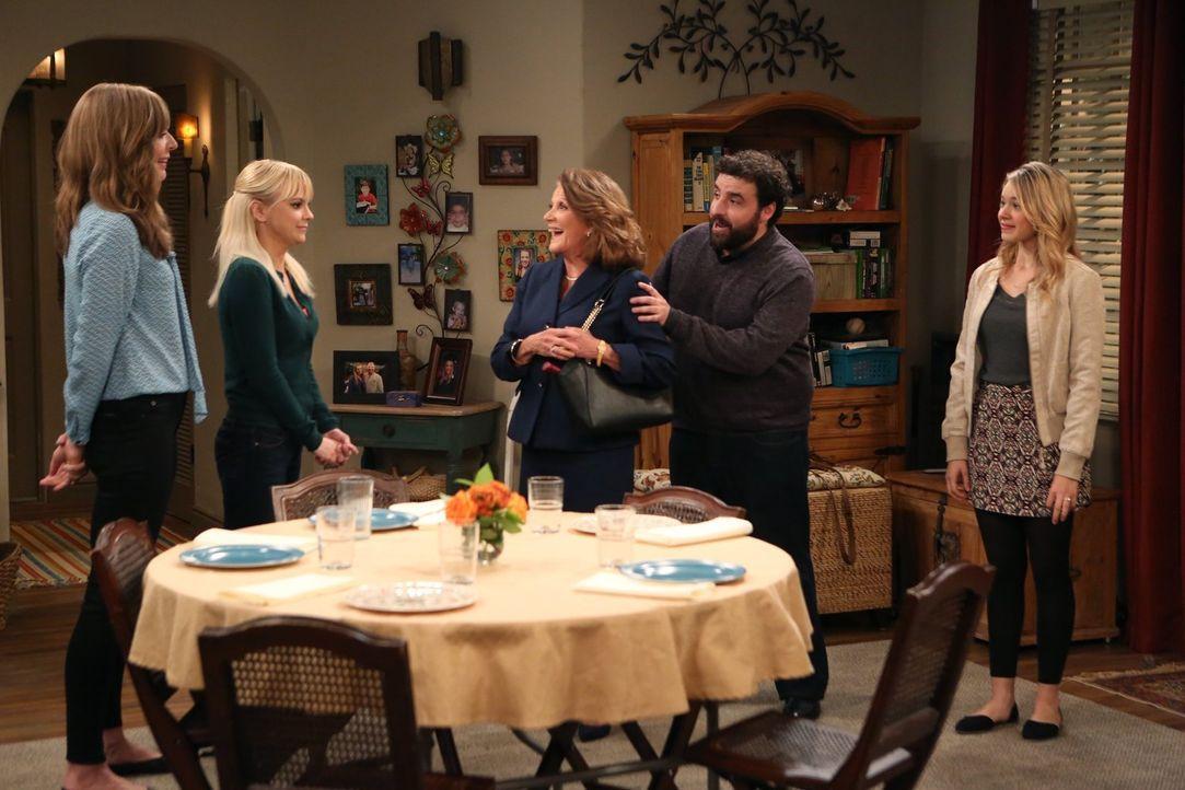 Christy (Anna Faris, 2.v.l.) und Bonnie (Allison Janney, l.) haben sich von Violet (Sadie Calvano, r.) dazu überreden lassen, ein Familienessen für... - Bildquelle: 2015 Warner Bros. Entertainment, Inc.