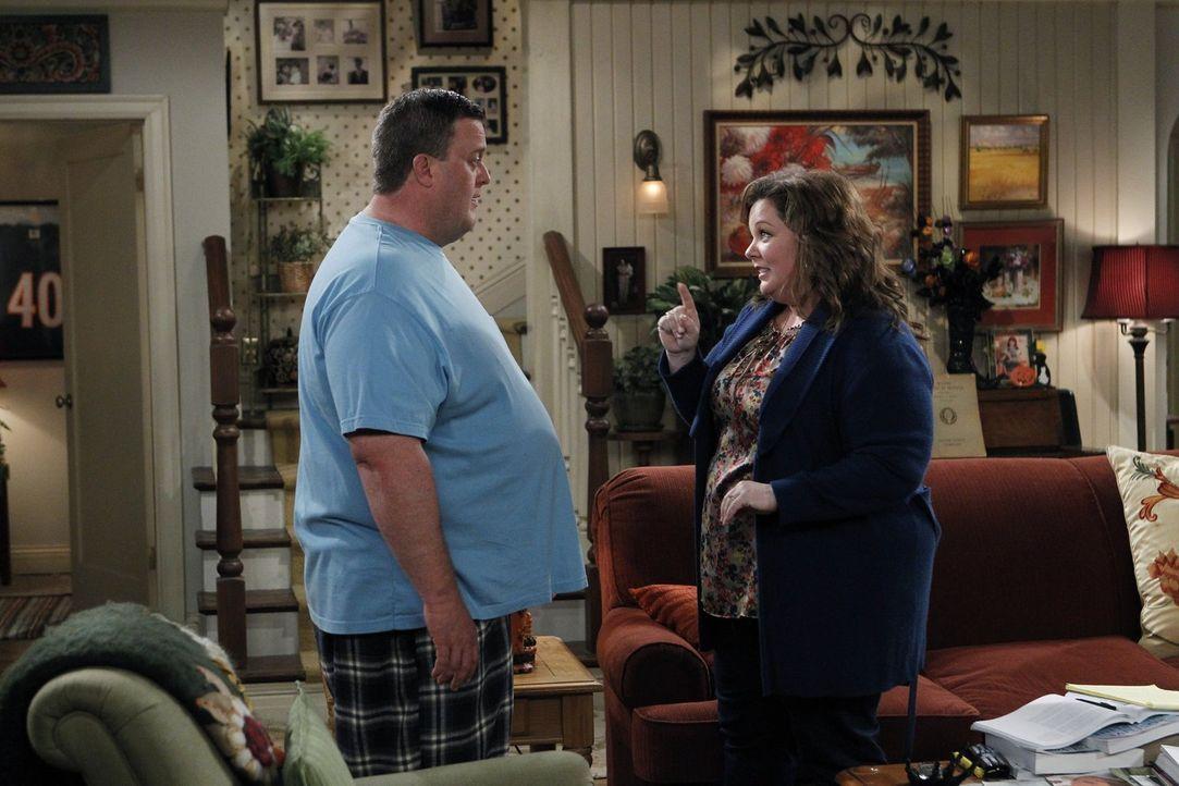 Halloween steht vor der Tür und Mike (Billy Gardell, l.) macht keinen Hehl daraus, dass er diesen Tag hasst. Doch dann werden er und Molly von Molly... - Bildquelle: Warner Brothers