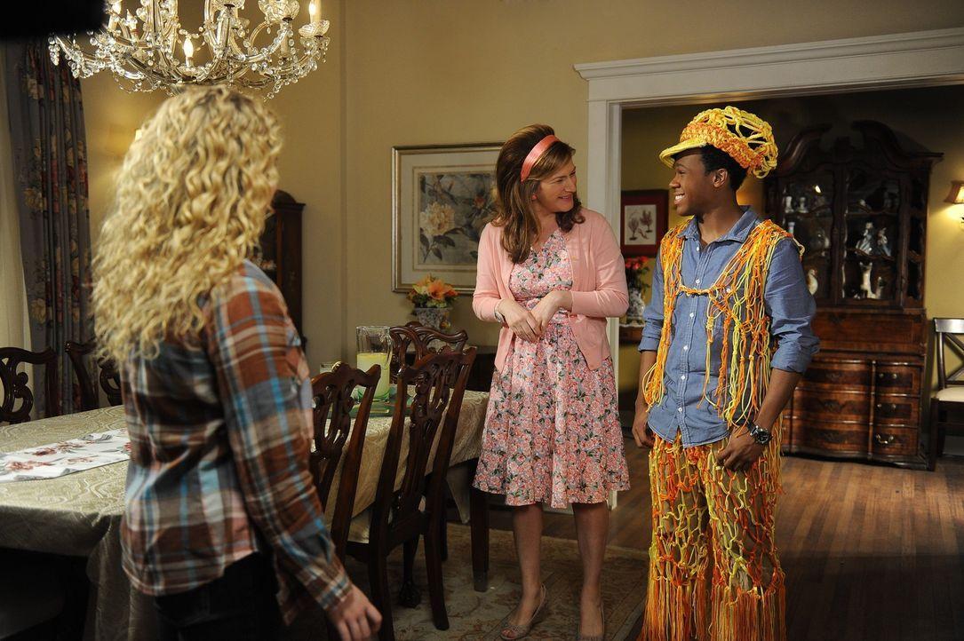 Während sich Sheila (Ana Gasteyer, M.)  in die Beziehung von Noah und Eden einmischt, haben Lisa (Allie Grant, l.) und Malik (Maestro Harrell, r.)... - Bildquelle: Warner Brothers
