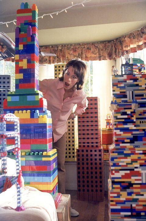 Lois (Jane Kaczmarek) staunt über die Stadt aus Legosteinen im Wohnzimmer. - Bildquelle: TM +   2000 Twentieth Century Fox Film Corporation. All Rights Reserved.