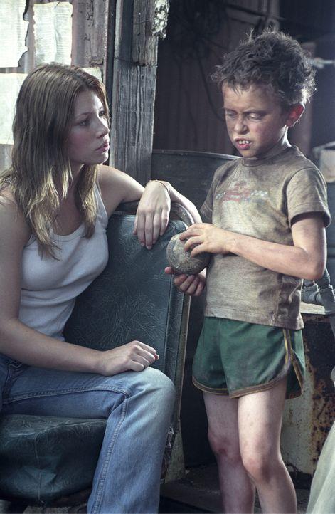 An einer einsamen Mühle stößt Erin (Jessica Biel, l.) auf einen kleinen Jungen (David Dorfman, r.), der in einer mit Skelettchen dekorierten Ecke he... - Bildquelle: Constantin Film