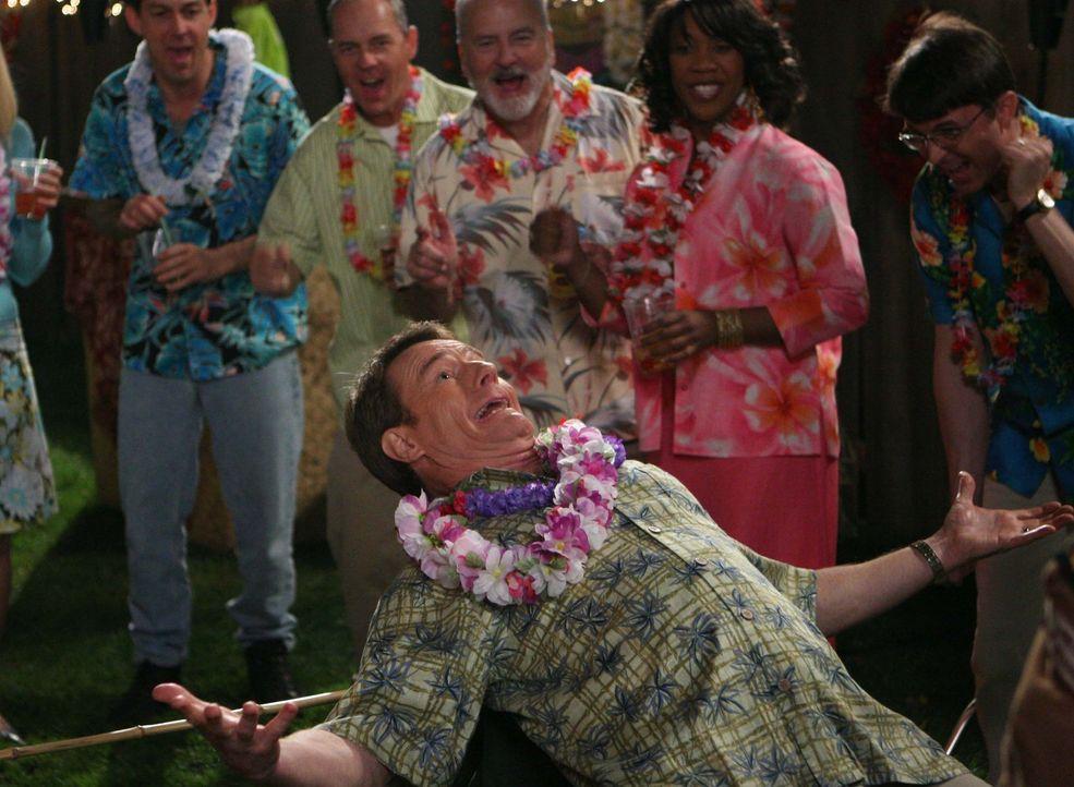 Als die Nachbarn erfahren haben, dass Lois krank ist, ist Hal (Bryan Cranston, vorne) auf jeder Party im Viertel herzlich Willkommen ... - Bildquelle: TM +   2000 Twentieth Century Fox Film Corporation. All Rights Reserved.