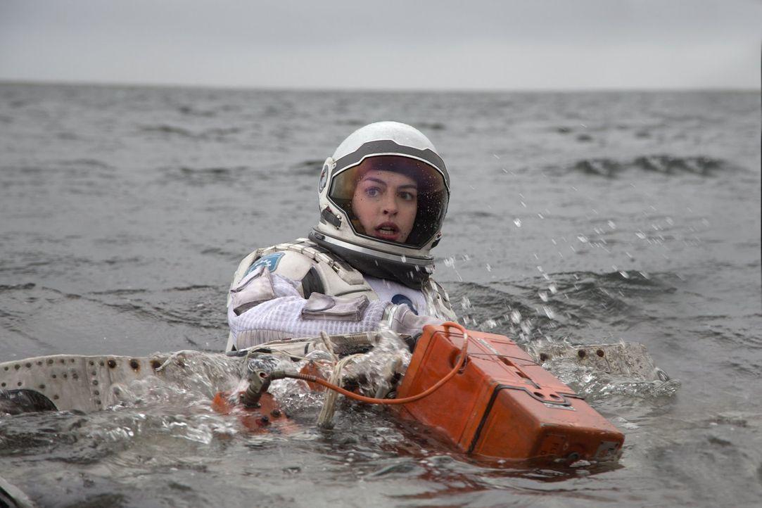 Auch Professor Brands Tochter Amelia (Anne Hathaway) begibt sich auf diese Reise ins Ungewisse, mitten in die unerforschten Wurmlöcher der Galaxie.... - Bildquelle: 2014 Warner Bros.