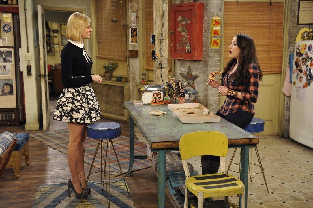 Caroline (Beth Behrs, l.) reagiert sehr enttäuscht, als sie erfährt, dass Max (Kat Dennings, r.) sich wieder mit einer alten Freundin trifft ... - Bildquelle: 2015 Warner Brothers