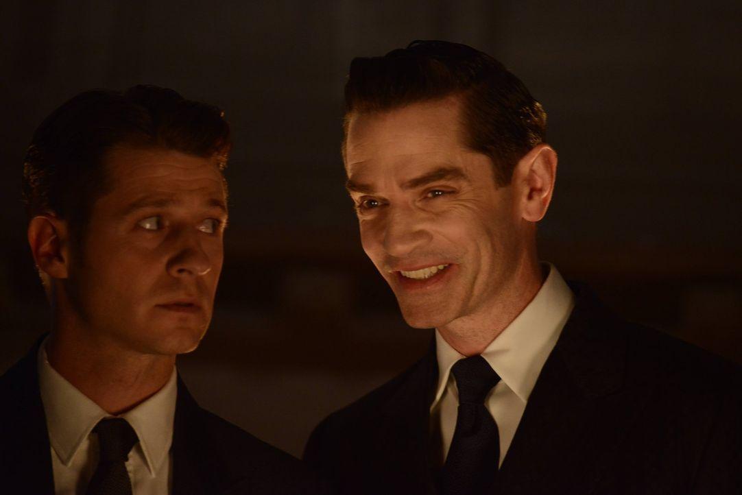 Theo Galavan (James Frain, r.) führt weiterhin sein Unwesen in Gotham. Doch wird Gordon (Ben McKenzie, l.) ihm auf die Schliche kommen? - Bildquelle: Warner Brothers