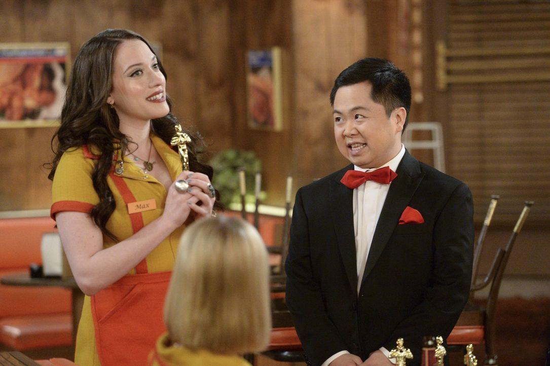 Verleiht Han (Matthew Moy, r.) Max (Kat Dennings, l.) wirklich einen Oscar? - Bildquelle: Warner Bros. Television