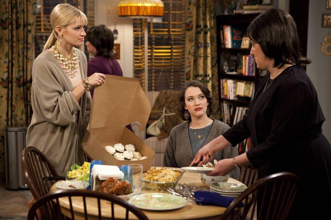 In der jüdischen Familie, die den Jung-Unternehmerinnen Max (Kat Dennings, M.) und Caroline (Beth Behrs, l.) 80 koschere Cupcakes in Auftrag gegebe... - Bildquelle: Warner Brothers