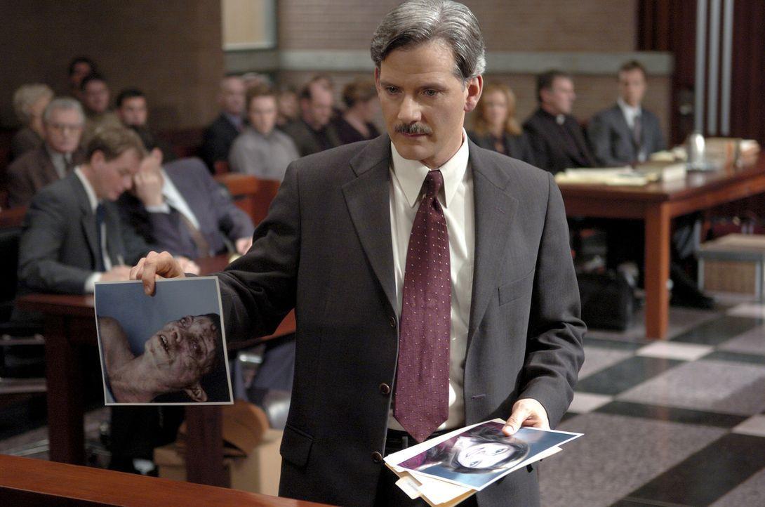 Der streitbare Staatsanwaltschaft Ethan Thomas (Campbell Scott) ist fest davon überzeugt, dass Emily an einer psychotischen Epilepsie litt. Er will... - Bildquelle: Sony Pictures Television International. All Rights Reserved.