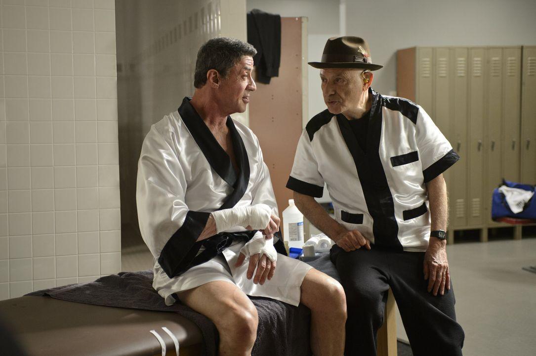 """Der ehemalige Boxer Henry """"Razor"""" Sharp (Sylvester Stallone, l.) braucht Geld und lässt sich deshalb von Box-Promoter Dante Slate Jr. dazu überreden... - Bildquelle: 2013 Warner Brothers"""