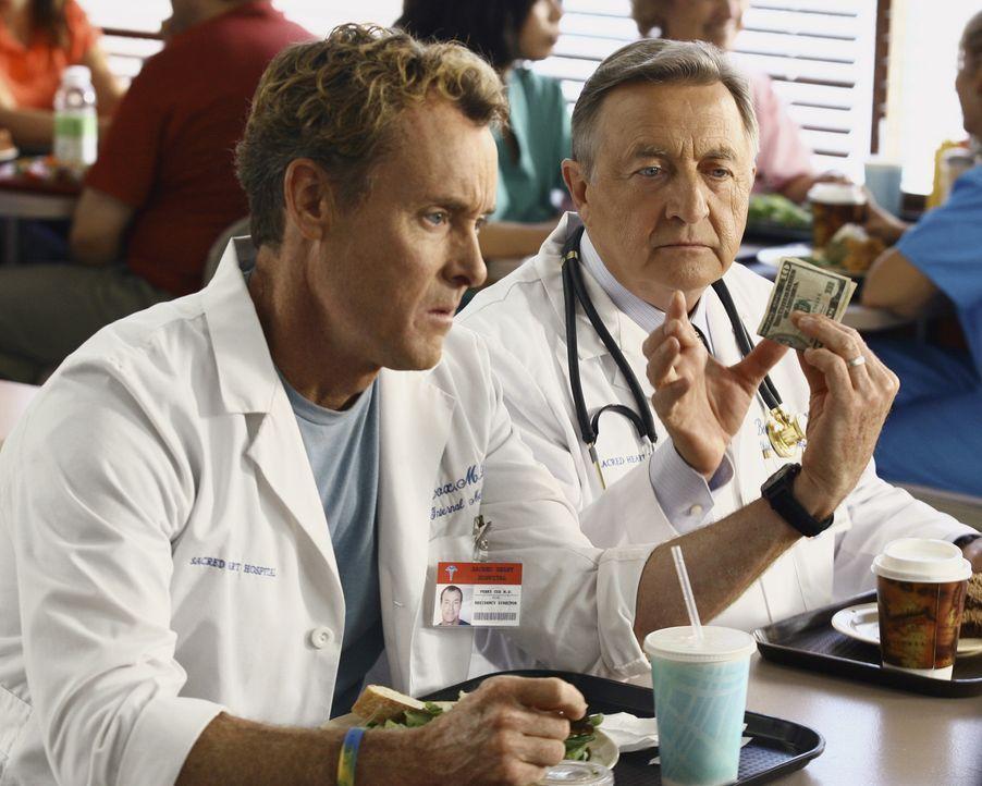 Dr. Cox (John C. McGinley, l.) kann seinem sympathischen Patienten nicht sagen, dass er das Krankenhaus verlassen muss, weil er keine Krankenversich... - Bildquelle: Touchstone Television