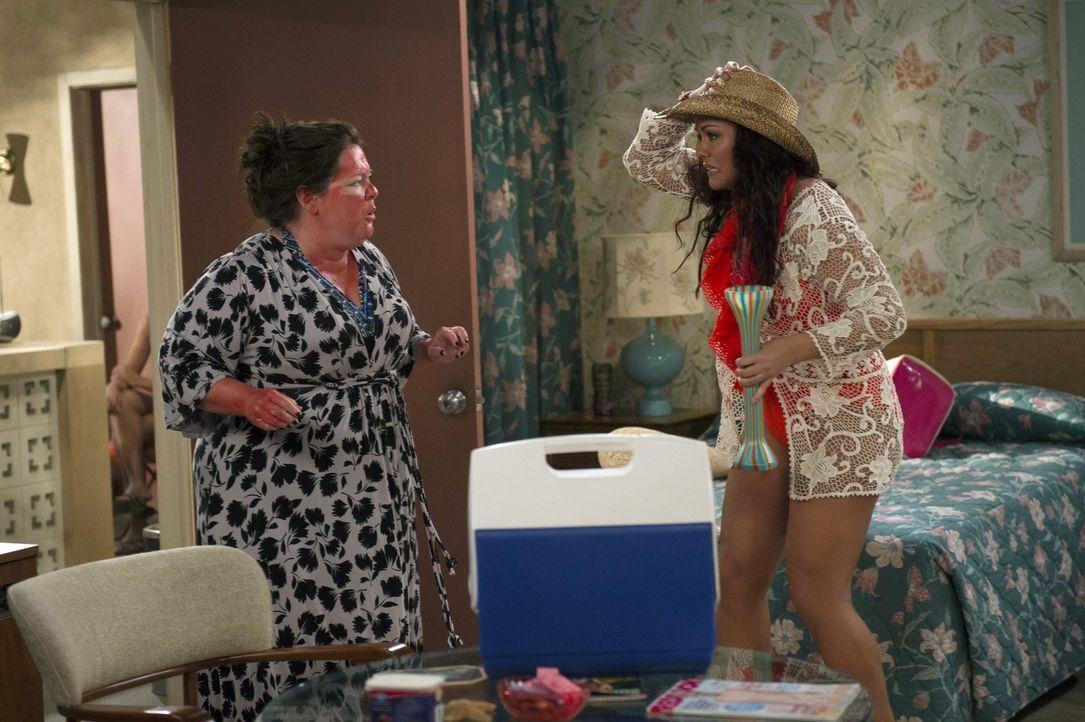 Machen einen ganz besonderen Urlaub: Molly (Melissa McCarthy, l.) und Victora (Katy Mixon, r.) ... - Bildquelle: Warner Brothers