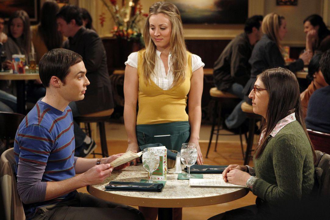 Da Sheldon (Jim Parsons, l.) durch sein Verhalten Amy (Mayim Bialik, r.) verletzt hat, möchte er ihr zur Wiedergutmachung ein Geschenk kaufen und bi... - Bildquelle: Warner Bros. Television