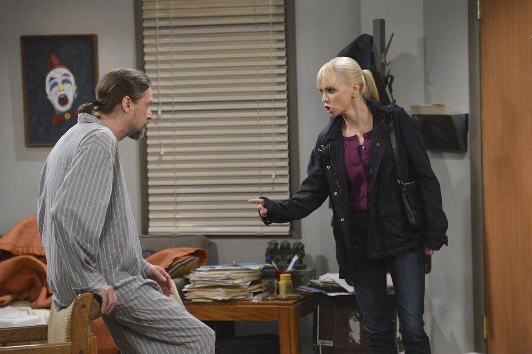 Sagt ihrem Boss Steve (Don McManus, l.) endlich ihre Meinung: Christy (Anna Faris, r.) ... - Bildquelle: Warner Bros. Television