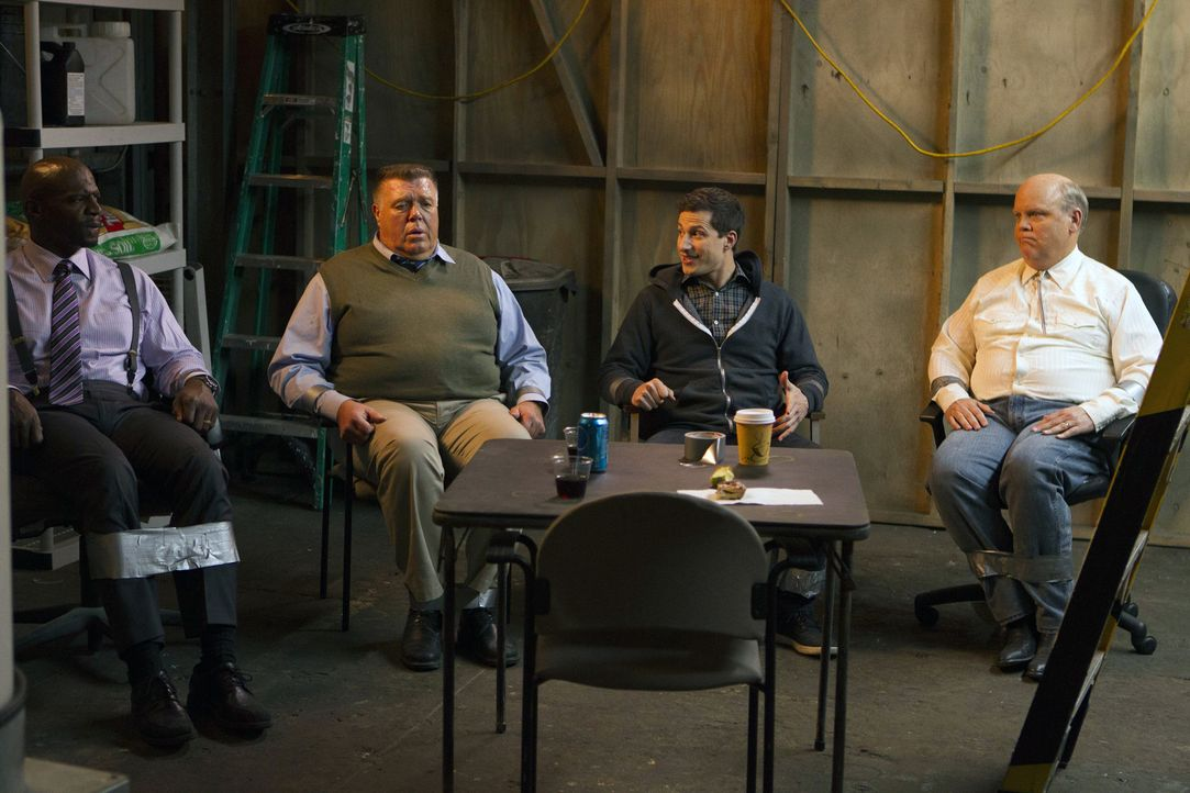(v.l.n.r.) Terry Jeffords (Terry Crews); Scully (Joel McKinnon Miller); Jake Peralta (Andy Samberg); Hitchcock (Dirk Blocker) - Bildquelle: John P. Fleenor 2015 UNIVERSAL TELEVISION LLC. All rights reserved. / John P. Fleenor