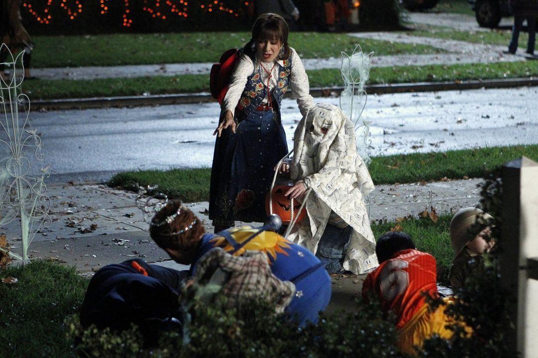 Während Frankie (Patricia Heaton, l.) ihre Entscheidung bereut, an Halloween als Begleitperson von Brick (Atticus Shaffer, r.) und dessen Freunden z... - Bildquelle: Warner Brothers