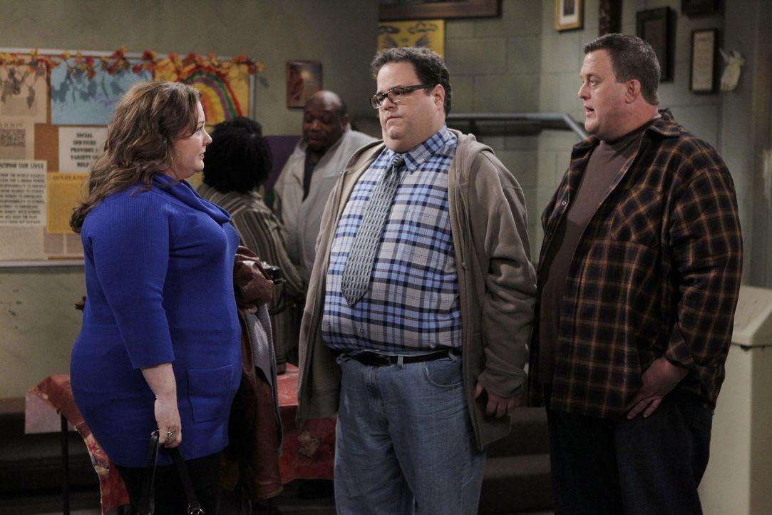Kurz nach einem Treffen der anonymen Übergewichtigen wird Mike (Billy Gardell, r.) von Harry (David Higgins, M.) in einer Bar entdeckt - mit verbote... - Bildquelle: Warner Brothers
