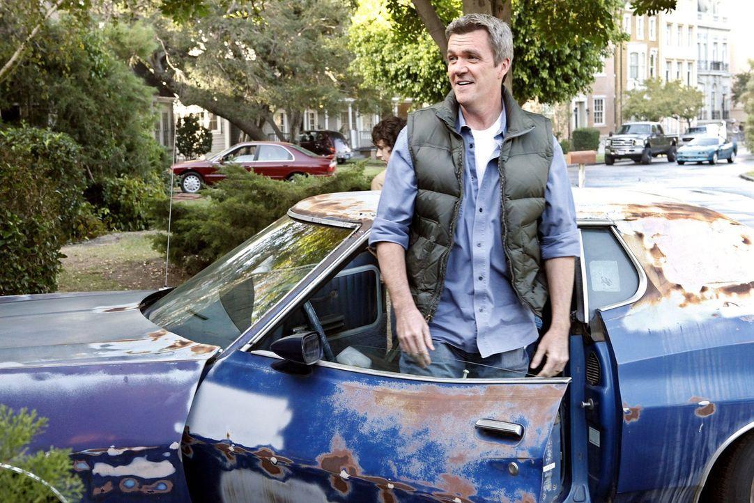Besorgt für seinen Sohn einen alten Gebrauchtwagen, damit der besser bei den Mädchen ankommt: Mike (Neil Flynn) ... - Bildquelle: Warner Brothers