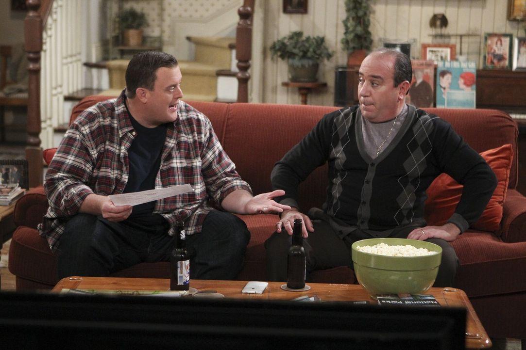Während Vince (Louis Mustillo, r.) und Mike (Billy Gardell, l.) gemeinsam an der Reparatur der Heizung arbeiten und dabei eine Art Vater-Sohn-Verbin... - Bildquelle: Warner Brothers